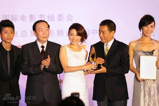 图文:电影频道传媒大奖-江平颜丙燕同捧奖杯