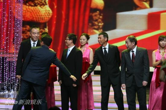 图文:华表奖现场--黄建新和冯小刚握手