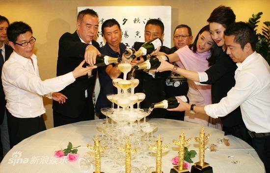 图文:华表奖庆功宴-众人倒香槟塔庆祝