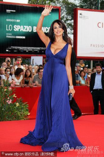 图文:威尼斯电影节开幕-主持人玛莉亚宝蓝色长裙