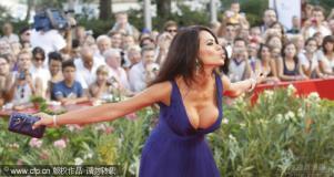 组图:威尼斯电影节开幕女主持玛莉亚爆乳抢镜