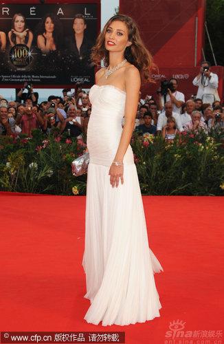 图文:威尼斯开幕红毯-女星玛格丽特身材修长