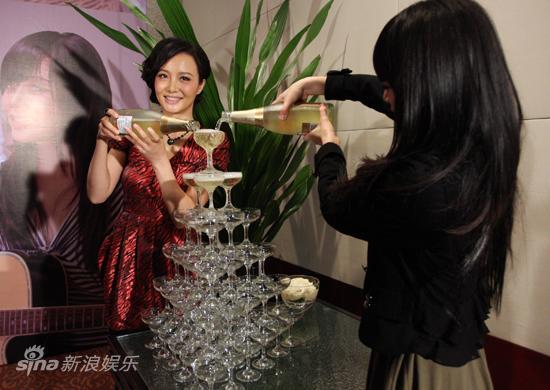 图文:陶红工作室庆功-倒香槟庆祝
