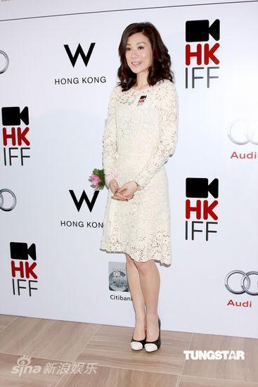 图文:香港电影节发布会--张可颐素雅装扮