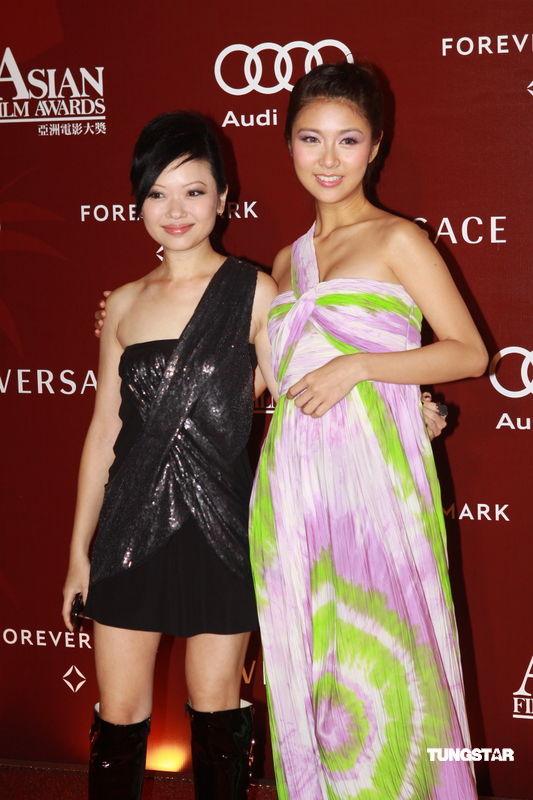 图文:亚洲电影大奖-黄真真和薛凯琪(右)亮相