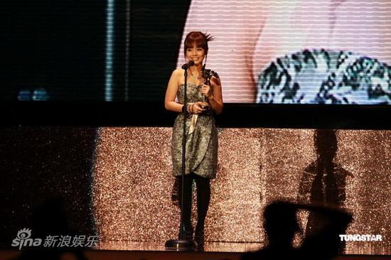 图文:亚洲电影大奖-黄明慧楚楚而立