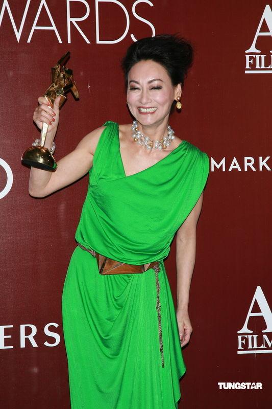 图文:亚洲电影大奖-惠英红高举奖杯