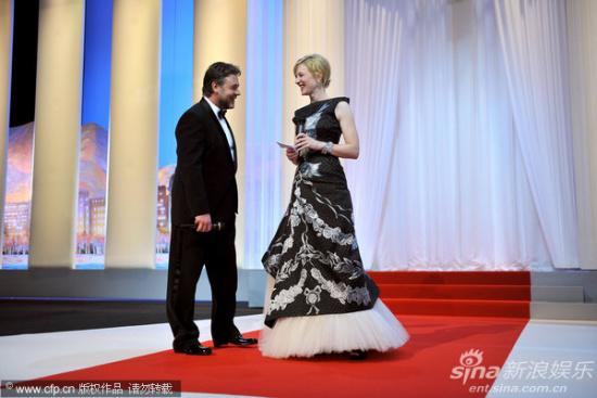 图文:戛纳电影节开幕式-布兰切特和克劳谈笑
