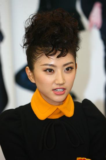 图文:《我的美女老板》发布会-景甜发型前卫