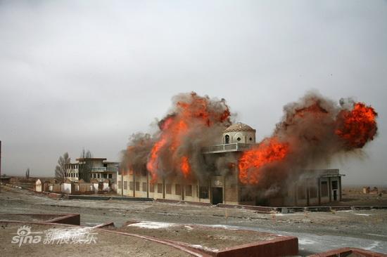 图文:《西风烈》曝海量剧照-小镇被炸毁
