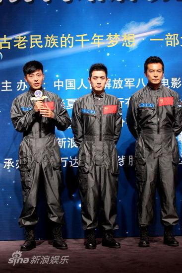 三位青年演员合影