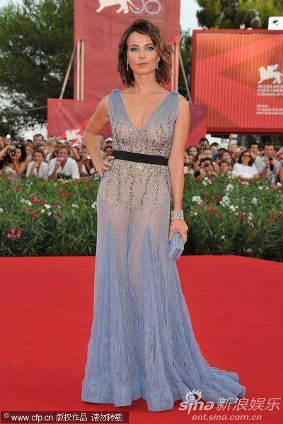 主持人维多利亚-普齐尼穿渐变色蓝裙大秀深V