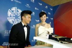 北京电影节后台直击张静初礼服洁净气质优雅