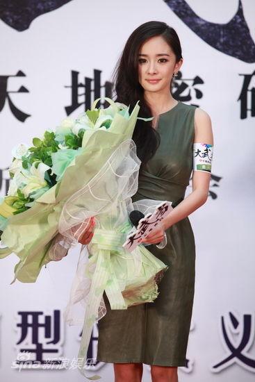 杨幂手捧鲜花