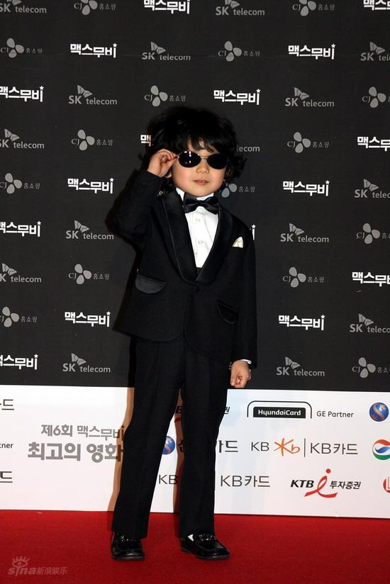 图文:韩国MAX电影颁奖礼--童星王锡勋耍酷
