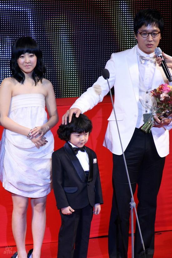 图文:韩国MAX电影颁奖礼--《过速绯闻》三主演
