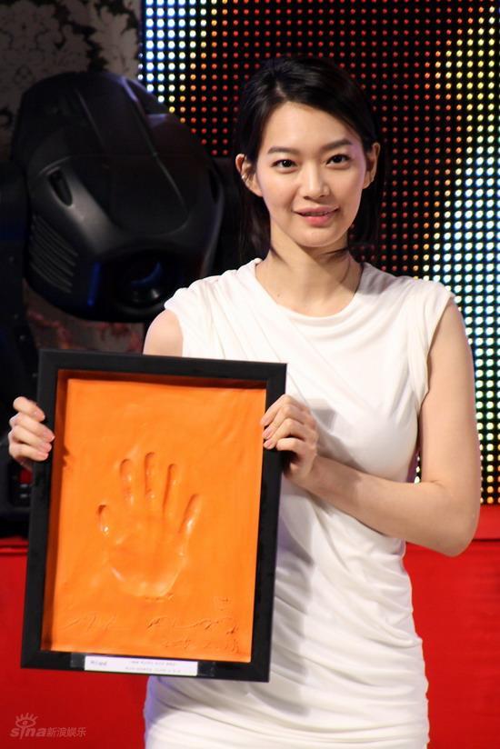 图文:韩国MAX电影颁奖礼--申敏儿展示手印