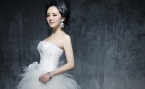 幻灯图:孟茜登婚庆杂志 百万新娘造型高贵甜美