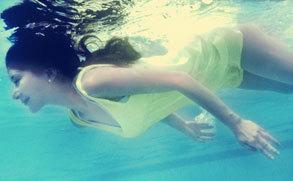 熊乃瑾拍摄水下写真 梦幻柔美宛若水精灵