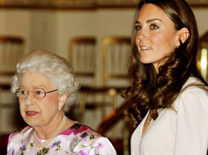 女王与凯特巡视大婚物品展