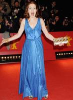 Loretta Stern身着水蓝色长裙