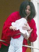 02年在阳台抱儿子摇晃