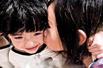 组图:张柏芝爱子Lucas遭小女孩狼吻 场面搞笑