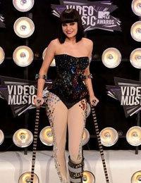 Jessie J拄拐棍亮相