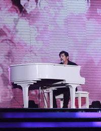 周杰伦弹钢琴