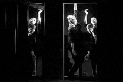 演员表演僵尸舞。本报记者吴平摄