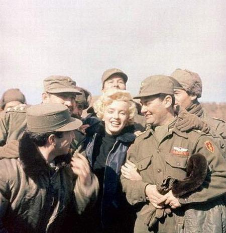 资料图片:玛丽莲-梦露韩国劳军--打成一片
