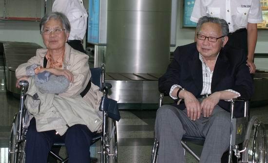 武侠宗师梁羽生返乡数百书迷机场迎接(组图)
