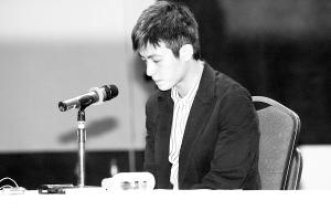 陈冠希宣布永久退出娱乐圈向不雅照受害人道歉