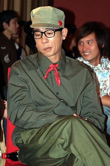 陈小春尝试进军服装界穿军装搞怪亮相北京(图)