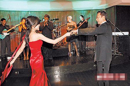 曾馨莹大婚后首次露面与郭董家中天天热舞(图)