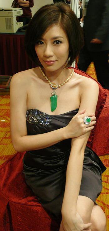 贾静雯出席拍卖晚会 生平第一件珠宝是妈妈所送
