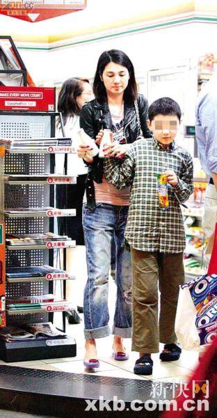 洪欣说儿子因莫少聪的吸毒新闻感到十分不开心及烦恼