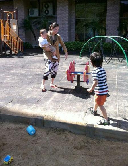 张柏芝和两个儿子在公园玩耍