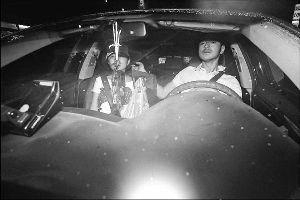 金城武难得被拍与工作人员以外的女伴同车,他看见镜头时一脸讶异