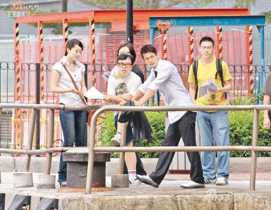 张慧雯(左)与罗仲谦(右二)昨天(8月26日)拍外景十分投入,没为因绯闻而尴尬。