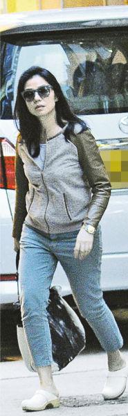 钟楚红虽然打扮朴素,但戴着太阳眼镜的她却仍然散发星味,美艳如昔