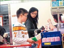曾华倩08年带儿子逛超市被拍