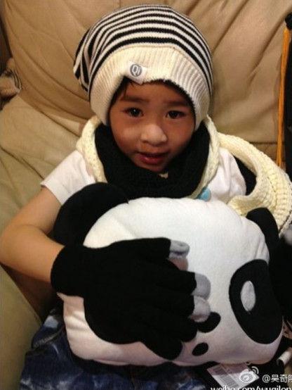 吴奇隆侄子变熊猫族