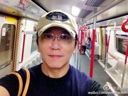 温兆伦素颜乘地铁