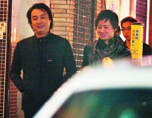 63岁的刘松仁与约40岁的空姐老婆苏嘉燕聚少离多,2007年两人外出吃饭被媒体拍到过。