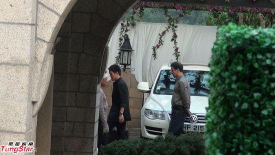 郭晶晶的爸爸(图)与妈妈到霍家见亲家。
