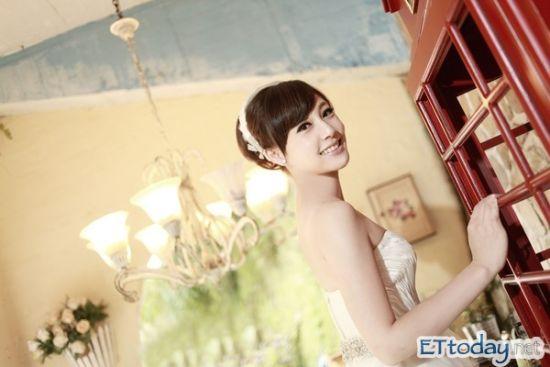 吴宇舒婚纱照显露好身材
