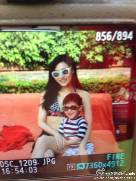 李嘉欣与姨甥戴着太阳眼镜合照