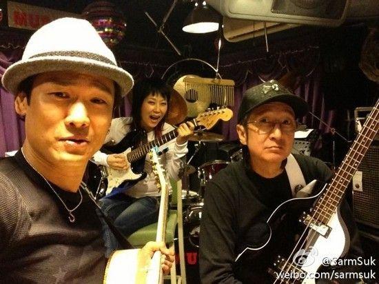 叶童变身吉他手 与杜德伟排练房玩摇滚