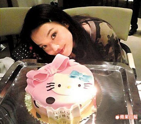 舒淇庆生开心吃粉红色的Hello Kitty蛋糕